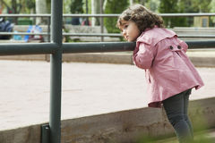 Девушка смотря к спортивной площадке Стоковые Фотографии RF