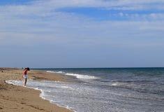 Девушка смотря на море волны на пляже на Нантукет, Массачусетсе Siasconset стоковое изображение rf