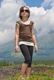 девушка смотря небо к вверх Стоковое Изображение RF