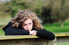 девушка смотря подростковое thoughful Стоковые Фото