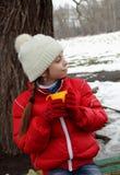 Девушка смотря прочь на ландшафте зимы стоковые изображения