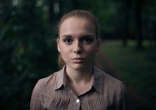 Девушка смотря прямо в камеру Стоковые Изображения