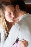 девушка смотря слабонервную сидя софу подростковую Стоковые Фотографии RF