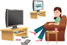 Девушка смотря ТВ в стуле Стоковое Фото