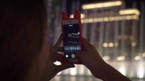 Девушка смотря фонтаны Bellagio сток-видео