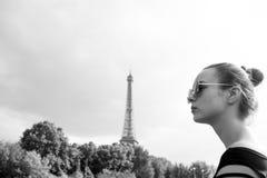 Девушка смотря Эйфелеву башню в Париже, Франции стоковое фото rf
