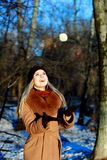 Девушка снега имея потеху зимы, игру с снежным комом Стоковые Фотографии RF