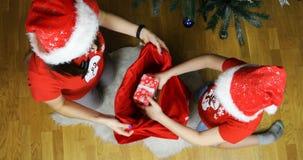 Девушка снега и его ассистент положили подарки в сумку красного Нового Года видеоматериал