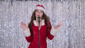 Девушка снега поет в ретро микрофоне и танцует с напористой музыкой нот bokeh предпосылки замечает тематическое видеоматериал