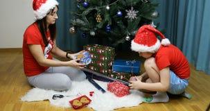 Девушка снега с подарками пакета гнома и украсить упаковку акции видеоматериалы