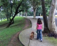 девушка собаки ее гулять Стоковые Изображения RF