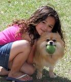 девушка собаки ее обнимать Стоковые Фото