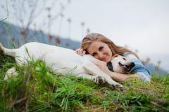 девушка собаки ее обнимать Стоковые Изображения
