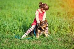 девушка собаки немногая играя стоковое фото