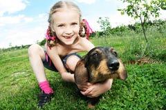 девушка собаки немногая стоковые изображения
