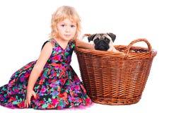 девушка собаки обнимая изолированную немного белизну Стоковое фото RF