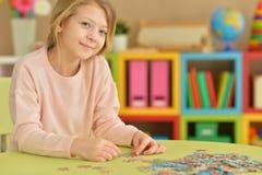 Девушка собирая головоломки Стоковое Фото