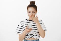 Девушка совершила ужасная ошибка посылая неправильное фото для того чтобы хозяйничать Портрет сотрясенной привлекательной женстве стоковые фото