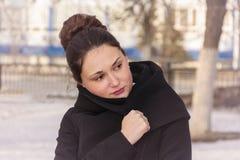 Девушка создана программу-оболочку в пальто стоковые изображения