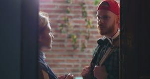 Девушка сопровождая и говоря до свидания к парню во входе и закрывая двери видеоматериал