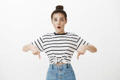 Девушка сотрясена как большая новая юбка смотрит на ей Overwhelmed возбудило молодую женщину с стилем причёсок плюшки в striped ф Стоковые Изображения