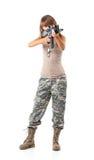 Девушка солдата молодая красивая одела в камуфлировании с оружием стоковое фото rf