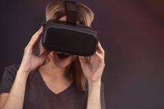 Девушка со стеклами сюрприза сюрприза виртуальной реальности стоковое фото rf