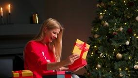 Девушка со шляпой рождества делает желания и раскрывает пакет подарка рождества Концепция праздников и Нового Года Девушка сток-видео