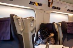Девушка спать в поезде около окна Стоковые Изображения