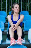 Девушка спорта фитнеса в sportswear моды делая тренировку в улице, внешние спорт фитнеса йоги, городской стиль принципиальная схе стоковое изображение