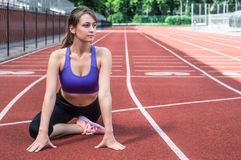 Девушка спорта фитнеса в sportswear моды делая тренировку в улице, внешние спорт фитнеса йоги, городской стиль принципиальная схе стоковая фотография rf