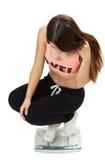Девушка спорт детенышей весится на масштабах стоковое изображение rf