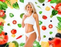 Девушка спорт на белизне и предпосылке овощей Стоковые Фото