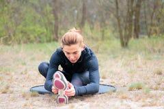 Девушка спорт приниманнсяый за фитнес, подогрев стоковое изображение