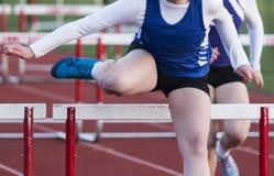 Девушка средней школы участвуя в гонке барьеры стоковые изображения rf