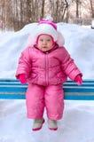 девушка стенда меньший outerwear сидит зима Стоковые Фотографии RF