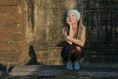 девушка стенда мечтая стоковая фотография rf