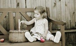 девушка стенда немногая сидит Стоковые Фотографии RF