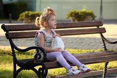 девушка стенда немногая сидя Стоковое Изображение