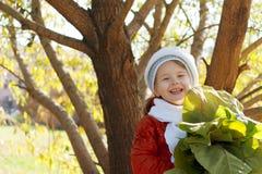 девушка стенда осени меньший парк сидит Стоковые Изображения RF