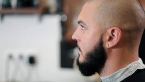 Девушка стилизатора бреет человека бороды в парикмахерскае акции видеоматериалы