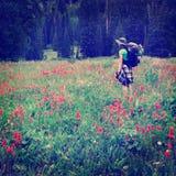 Девушка стиля Instagram укладывая рюкзак при Wildflowers принимая Photogr Стоковое Изображение