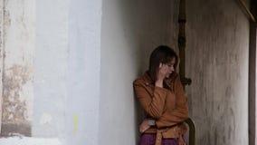 Девушка стоит в своде дома видеоматериал