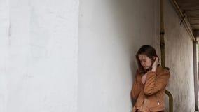 Девушка стоит в своде дома акции видеоматериалы