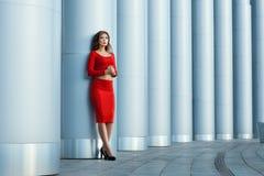 Девушка стоит на колоннаде предпосылки детеныши красивейшей съемки парка девушки способа стенда сексуальные деревянные Стоковое Фото