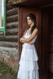 Девушка стоит на старом доме Стоковые Изображения