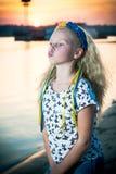 Девушка стоит около воды Стоковые Фото