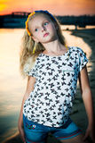 Девушка стоит около воды Стоковые Фотографии RF