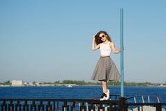 Девушка стоит около поляка Стоковая Фотография RF
