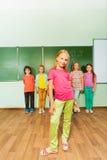 Девушка стоит прямо около зеленого классн классного Стоковое Изображение RF